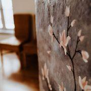 fleurs peintes sur le mur du cabinet